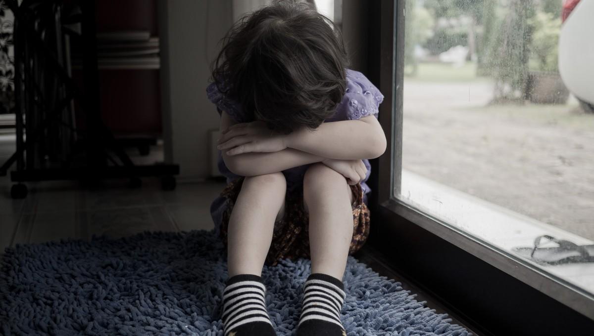 寂しそうな子供の画像